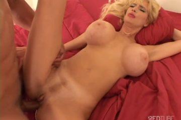De milf zuigt de zwarte snikkel van de jongeman en word anal en vaginaal aangeduwd