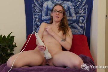 Met de flinke dildo masturbeert het brildragend grietje haar doos