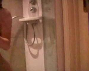 Super sexy Noorse redhead komt klaar onder de douche