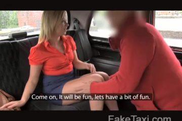Voor centen pijpt zij de taxi chauffeur en laat ze zichzelf doorneuken