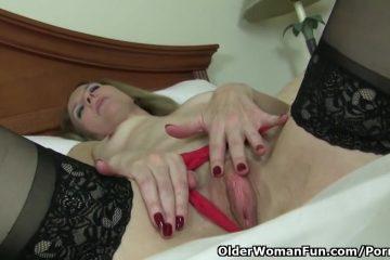Oudere masturberende vrouw ontvangst een hoogtepunt