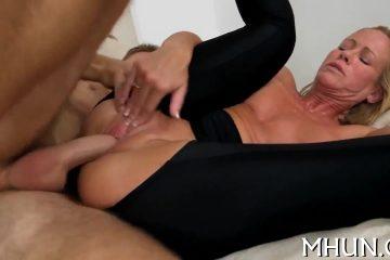 Deze hete milf vraagt de filmcamera vent om een trio porno te doen