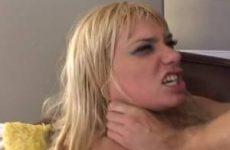 Geile nymfomane laat zich gaar neuken door twee grote lullen