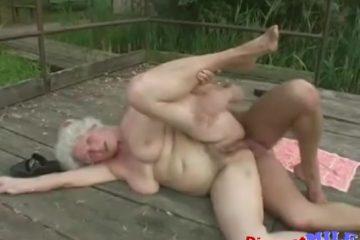 Oma is gestoord op buitensex met een jeugdige kerel