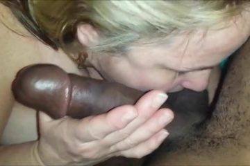 Kijk hoe de blanke zware levenspartner de enorme neger jongeheer pijpt en gefilmd word