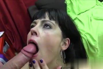 De moeder laat haar smoelwerk vol cum ejaculeren door de jongeman