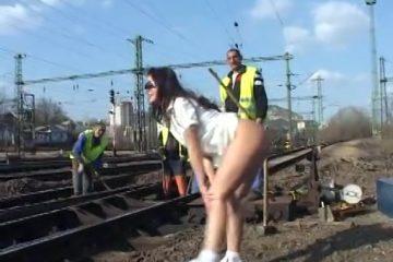 Ze flashed haar naakte flamoes bij spoorwegwerkers