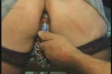 Zij laat een glazen flesje swingen in haar aars