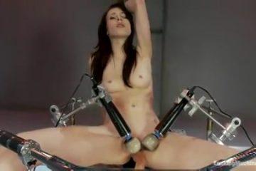 Wellustig hottie neemt plaats op een mega sexmachine