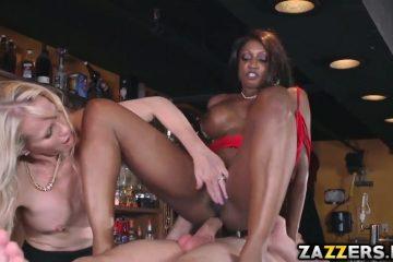 De ebony zuigt en word anal aangeduwd waarna het blondje een beurt krijgt