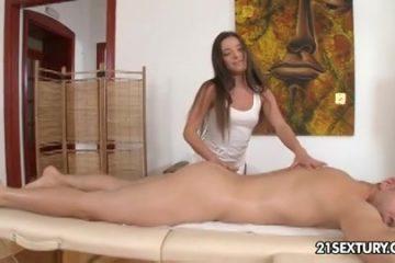 Hij krijgt een sensuele massage met een happy end