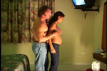 Hij naait zijn zwangere getinte vriendinnetje