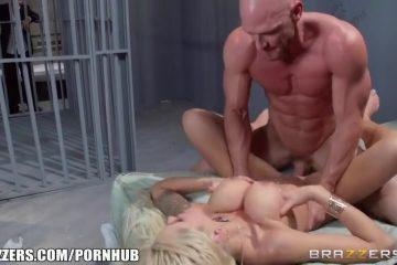 Zijn wellustig echtgenote naait de gevangene tegenover hem