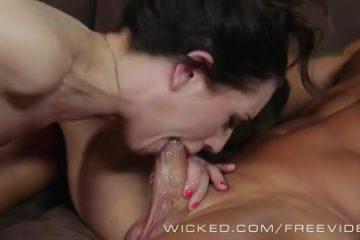 Haar spuw druipt langs zijn stijve penis op zijn ballen