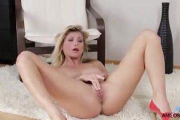 Haar vulva en kittelaar masserend krijgt ze een climax