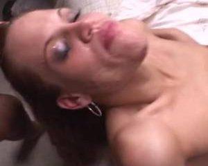In deze twee scenes spuiten grote lullen sperma in het gezicht van meisjes