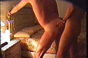 Gay amateurs neuken tegen het bed omhoog