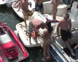 Dronken meiden gaan seksueel los op boot party