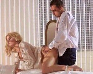 De mooie blonde meid pijpt en laat haar kut neuken