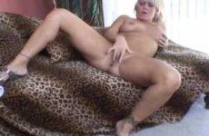 Haar kut vingerend krijgt deze geile huisvrouw een orgasme
