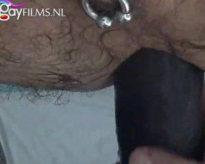 Eerst zijn anus even oprekken voor die grote zwarte dildo kan neuken