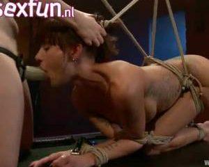 De geile milf wil wel bondage sex met een lesbische meesteres proberen