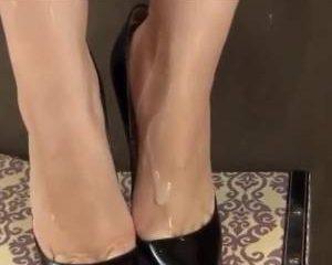 Cum over haar sexy voetjes in hoge hakken