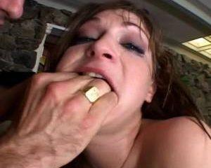 Twee stijve lullen neuken tegelijk haar kut en anus