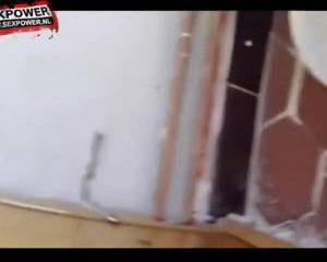 De man filmt hoe zijn vrouw de knop van hun bed neukt