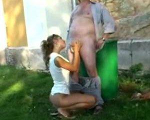Opa helpt tiener en mag haar daarna neuken