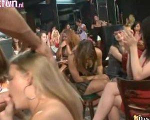 Het ijverig pijpende blondje krijgt applaus wanneer hij klaarkomt in haar mondje