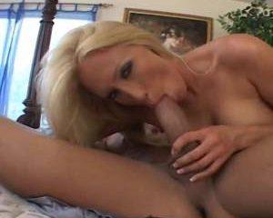 Niet alleen pijpt dit blondje de grote lul maar word ook in de keel geneukt