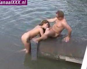 Amateur sex opname aan de waterkant