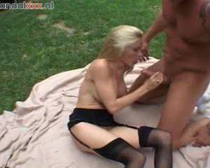 Het blondje krijgt haar mond vol sperma