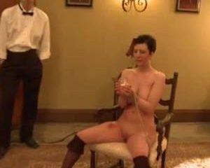 Sexy slavinnen aangemoedigd tijdens het pijpen
