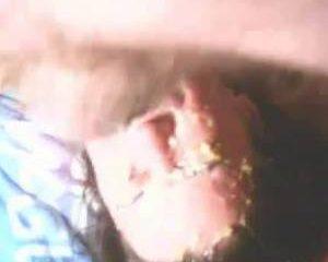Keel neuken tot de kots over haar gezicht druipt