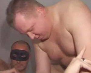 Hij filmt hoe zijn vrouw in een gangbang pijpt en geneukt word