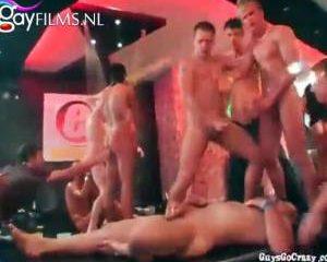 Pijpende neukende en klaar komende jongens in de sex club