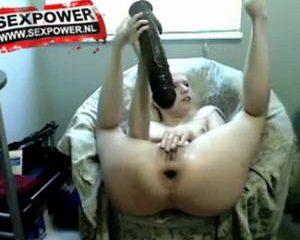 Geil tiener meisje neukt haar anus met een grote dildo