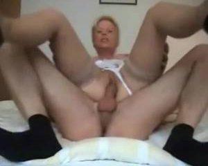 De geile oma word geneukt pijpt en krijgt sperma op haar mond