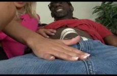 Misty geilt hem op en neemt de grote neger lul in haar hand
