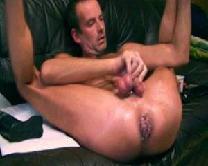 Lekkere homo stopt een enorme anaal dildo in zijn aars