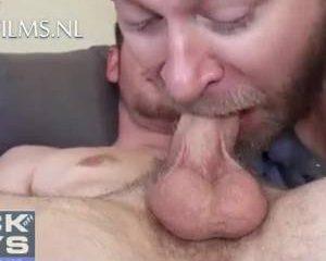Zijn snor en baard vol sperma