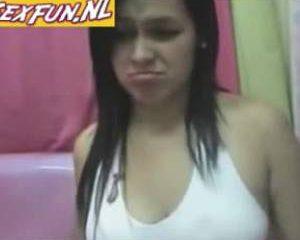 Meisje doet geil vingeren voor de webcam