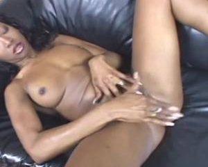 Vingerend en mastuberend krijgt de Ebony een orgasme