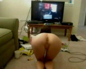 Webcam babe is naakt aan het gamen