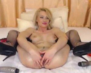 Met sex toys en haar vuist neukt ze zich anal