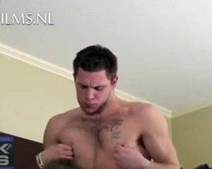 Lekkere amateur gay afgezogen voor de camera