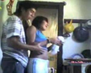 Terwijl ze eten kookt neukt hij zijn vrouw van achter