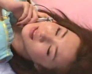 Japans tienermeisje geneukt terwijl ze aan de telefoon zit met haar mo...